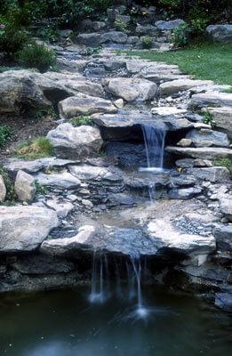 Bachlauf unter Verwendung von Natursteinen