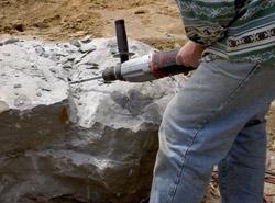 Bearbeitung der Gesteinsbrocken