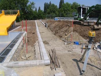 Erd-und Vermessungsarbeiten bei Pflasterarbeiten im Freibad