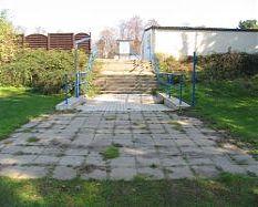 Technikhaus seitlich des Treppenaufgangs