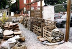 Lagerung von Material in alten Holzkisten