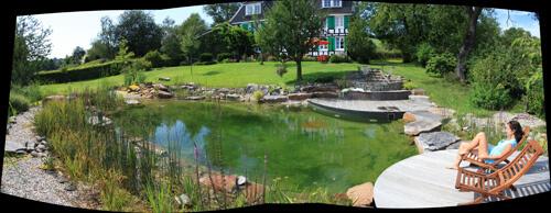 Schwimmteich naturnah eingebettet