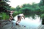 Sprung von der Holzterrasse ins Wasser