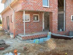 Vorgarten und Haus vor Projektbeginn