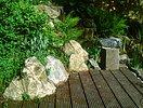 Übergang Naturstein zu Holzterrasse