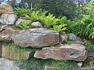 Stützwand aus großen Felsen