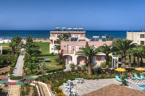 Hotelgarten mit Terrasse und Palmen