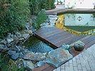 Stein und Holz am Wasser