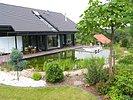 Blick über die Flachwasserzone und Terrasse zum Haus