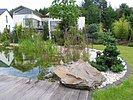 Steinbrocken und Kies am Schwimmteichrand