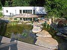 Trittplatten aus Naturstein im Wasser