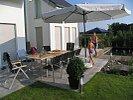 terrasse mit großer Sitzgruppe und Sonnenschirm
