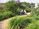 zwei Bewohnerinnen auf einer Bank im Park