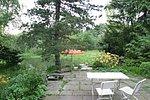 Terrasse aus groben Natursteinplatten mit Fugenbewuchs
