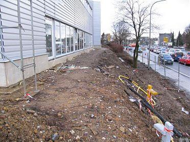 abschüssiges Gelände zwischen Bauzentrum und Straße