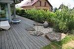 Holzterrasse mit Naturstein