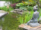 Skulpturen am Rand des Schwimmteichs