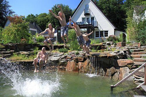 Sprungfolge in den Schwimmteich mit 120 Tonnen Naturstein, Bild nach der Fertigstellung der Anlage