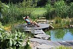 Natursteinblöcke im Teich