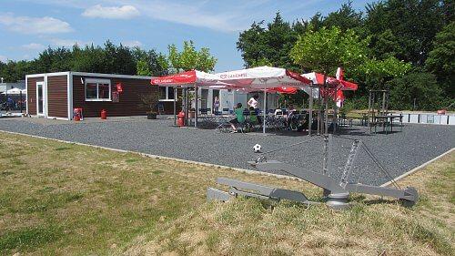 Gastronomiebereich in Containerbauweise mit Außenbestuhlung