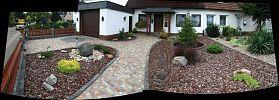 Vorgarten mit Naturstein gepflastert, Beete mit Rindenmulch