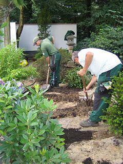 Landschaftsgärtner bei Pflanzarbeiten