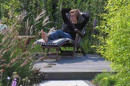 Liegestuhl auf Holzterrasse