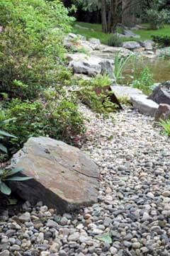Naturnaher Garten: Kiesstreifen am Ufer