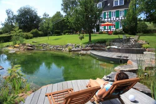 Schwimmteich mit Holzterrasse