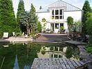 Schwimmteich mit erhöhter Terrasse
