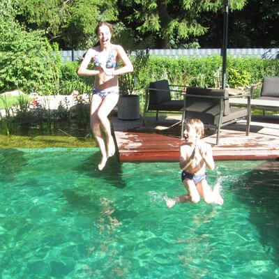 Sprung in Schwimmteich mit türkiser Folie