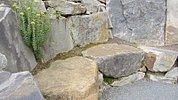 Sitznische auf Felsen im Hang