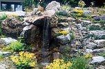 Wasserfall über porigen Felsen